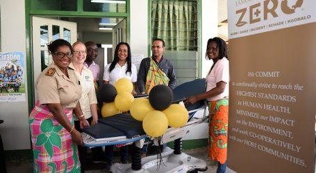 Rosebel Gold Mines schenkt medisch materiaal aan dorpen Brokopondo