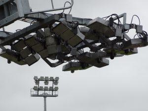 Plaatsing verlichting AK stadion verloopt gestaag