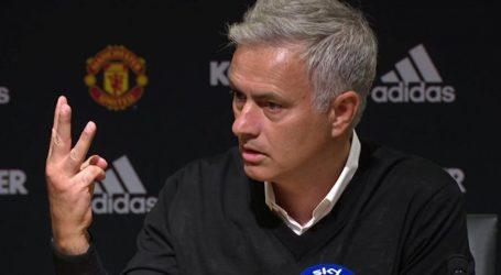 Mourinho loopt boos weg uit persconferentie na pijnlijke nederlaag
