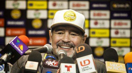 Maradona wint ruim bij eerste wedstrijd als coach in Mexico