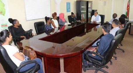Afgestudeerde medische studenten op bezoek bij minister Elias