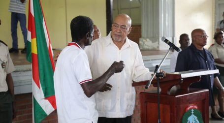 President Bouterse bezoekt Memre Boekoe Kazerne