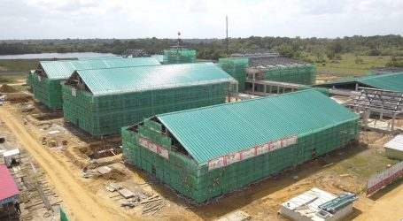 Minister Elias verheugt over vorderingen bouw Wanica Ziekenhuis