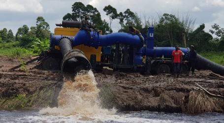 Mobiele pomp Wageningen in werking gesteld om overtollig water sneller af te voeren