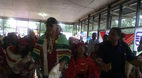 Staatshoofd brengt bezoek aan inheems dorp Bigi Poika
