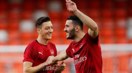 Özil en Kolasinac missen eerste competitiewedstrijd Arsenal om dreiging