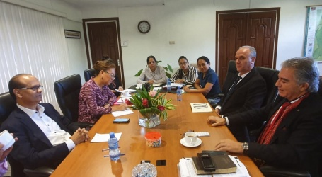 Minister Parmessar en LR Group starten gesprekken over betrekken van particulieren sector