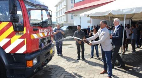 Vier blusvoertuigen overgedragen aan de brandweer