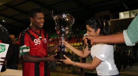 Minister Gopal overhandigd Presidents Cup trofee aan Inter Moengotapoe