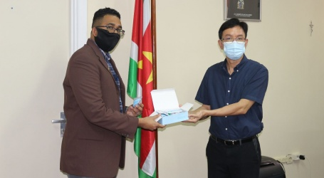 The Suriname Chinese United Association doet donaties