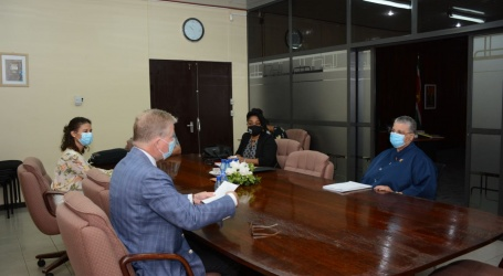 Nederlandse ambassadeur bespreekt teruggave 'Roofkunst' Suriname