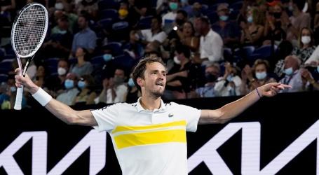Medvedev blinkt uit tegen Tsitsipás en treft Djokovic in Australian Open-finale