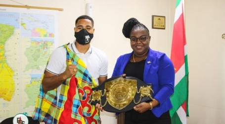 Wereldkampioen middengewicht Donovan Wisse op bezoek bij minister Emanuël