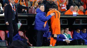 Van Gaal schakelt over op 5-3-2 met Oranje zodra WK-ticket binnen is